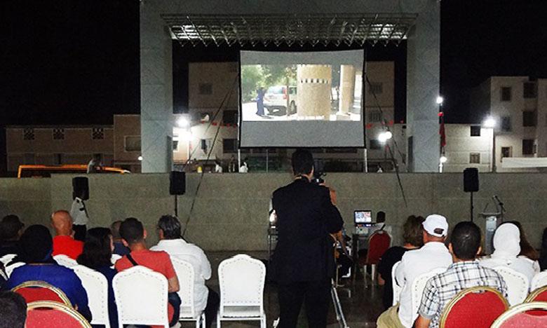 Plusieurs amateurs et passionnées du septième art, mais également beaucoup de curieux, ont convergé vers la Place Mohammed VI où les organisateurs ont installé un grand écran pour des projections sous les étoiles.