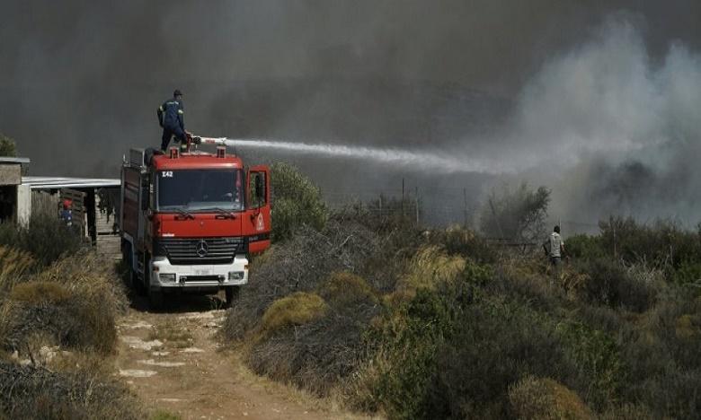 Les pompiers grecs se battent ce mercredi pour venir à bout de ce sinistre qui évolue sur un front de 12 km. Ph: DR.