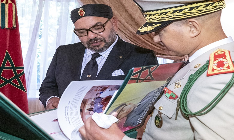 S.M. le Roi reçoit l'Inspecteur général des FAR qui remet au Souverain un livre sur l'Action Royale de modernisation de cette valeureuse institution