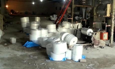 Fabrication de sacs plastiques interdits : Un atelier clandestin démantelé à Mohammedia