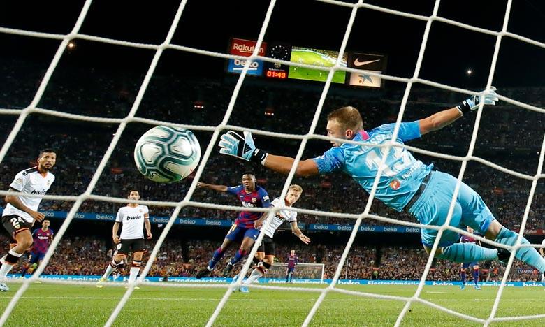 Toujours privé de Lionel Messi convalescent, le FC Barcelone a dominé Valence 5-2 avec un but et une passe décisive du prodige Ansu Fati (16 ans), lors de la 4e journée du Championnat d'Espagne, revenant à deux points du leader, l'Atlético Madrid. Ph :  AFP