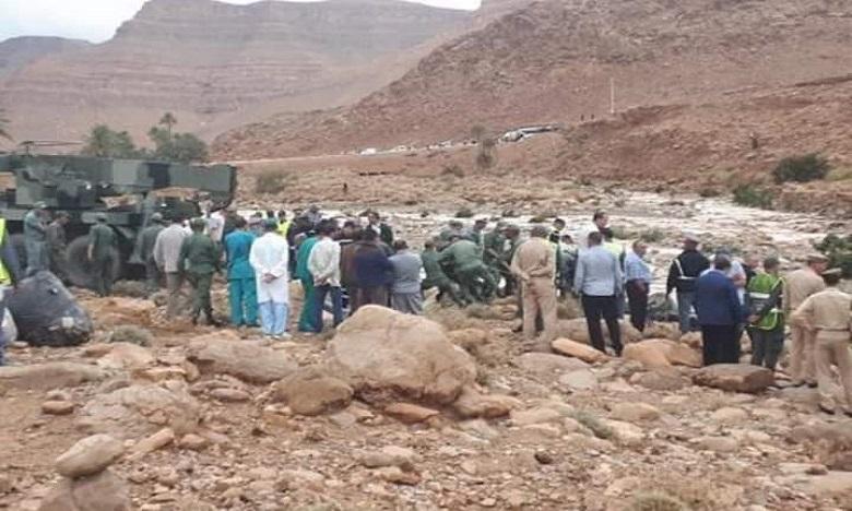 L'autocar qui s'est renversé au niveau du pont de l'oued Damchane (commune d'El Khank) dans la province d'Errachidia suite aux crues causées par les pluies diluviennes. Ph : DR