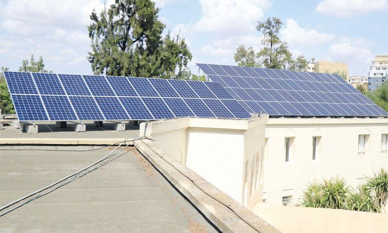 La production solaire annuelle des 100 panneaux installés est de 51,5 mégawatts par heure, soit 60% de la consommation annuelle en heures normales. Ph. DR