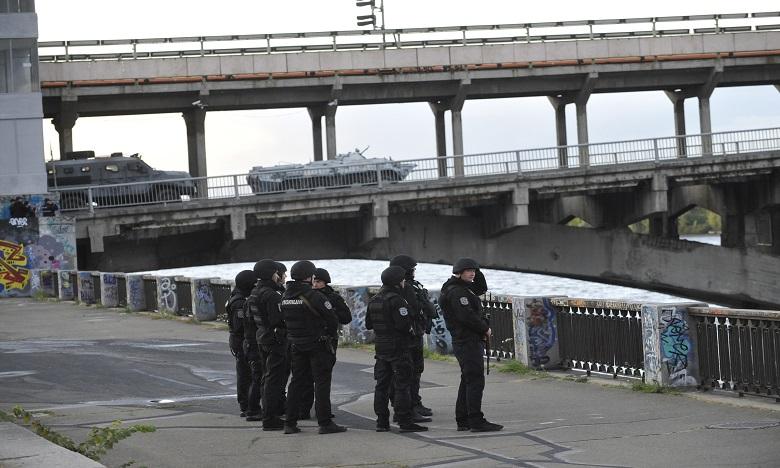 Ukraine: un homme armé menace de faire exploser un pont à Kiev