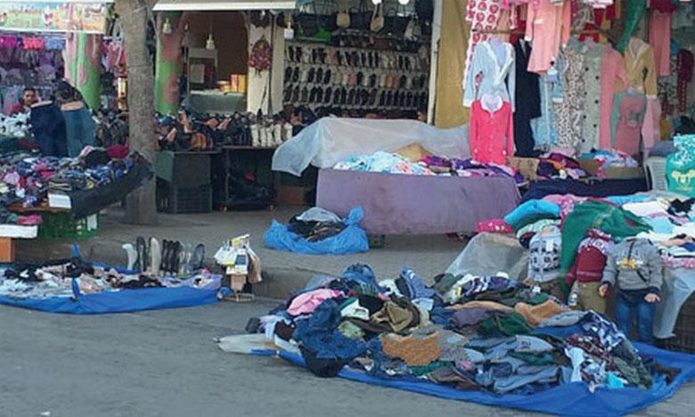 Les marchands ambulants et les ferracha ont investi les quartiers et les rues en force