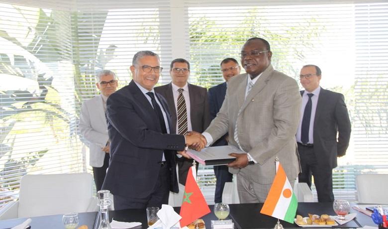 Le contrat entre d'une part, dans le cadre de la coopération entre le Maroc et le Niger et, d'autre part, dans le cadre de l'accord signé entre l'ONEE et la BID.