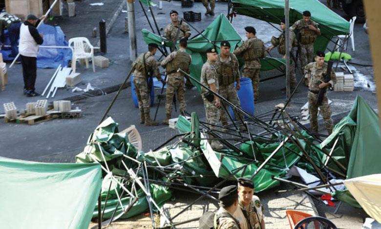 L'armée a rouvert sans incident le passage de Jal Al-Dib, au nord de la capitale. Les forces de l'ordre ont pris position sous le regard de quelques dizaines de manifestants. Ph. AFP