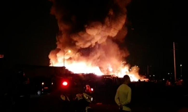 Le marché aux puces de «Sidi Youssef» à Agadir est le théâtre depuis plusieurs heures d'un incendie qui a ravagé une grande partie de cet espace. L'origine du feu reste à découvrir. Ph : DR