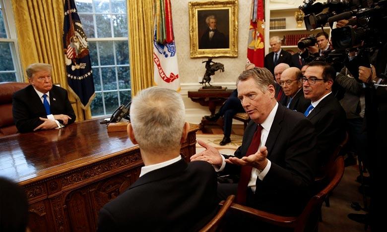 Le représentant des États-Unis pour le Commerce, Robert Lighthizer, s'entretient avec le vice-Premier ministre chinois, Liu He, devant le président américain Donald J. Trump, dans la Maison-Blanche, à Washington. Ph :  AFP