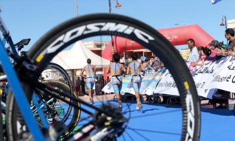 Triathlon Mogador Essaouira: Abdellah Tiliwi et Kawtar Ben Doumou remportent la 4e édition