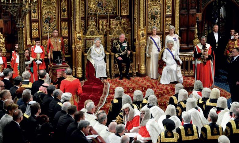La reine Elizabeth II, aux côtés du prince Charles, s'apprêtant à prononcer le discours du Trône, le 14 octobre 2019 à Londres, lors de la rentrée parlementaire.       Ph. AFP