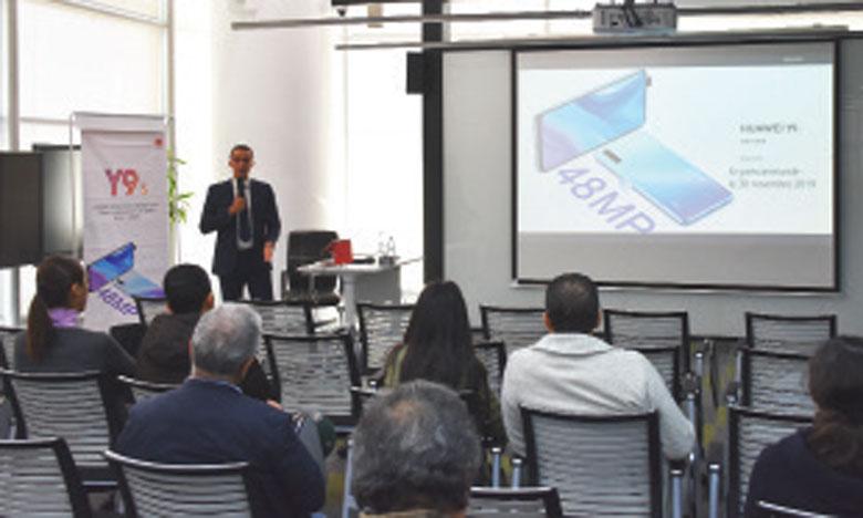 Huawei Y9s se distingue, entre autres, par un appareil photo triple de 48MP géré par l'intelligence artificielle, indique Yassine El Khabbaz, Marketing & PR manager Maroc, lors de la conférence de présentation de ce nouveau Smartphone. Ph. SRADNI.