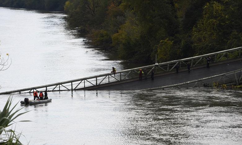 Il semble qu'il y ait au moins un camion, une voiture et peut-être une camionnette qui ont disparu dans le cours d'eau à la suite de l'effondrement. Ph. AFP