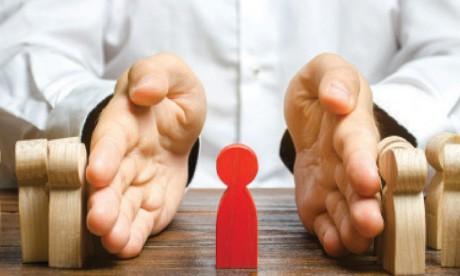 Certains managers se rapprochent davantage des collaborateurs qui partagent leurs opinions ou qui ne contestent pas leur autorité et exercent un harcèlement moral sur ceux qui ne sont pas dans cette lignée. Ph. Shutterstock