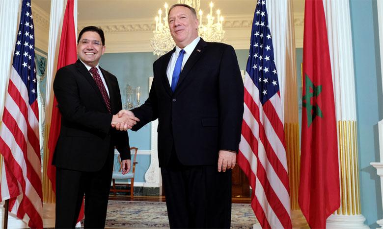 Nasser Bourita et le secrétaire d'État américain, Michael Pompeo, échangeant une poignée de main.