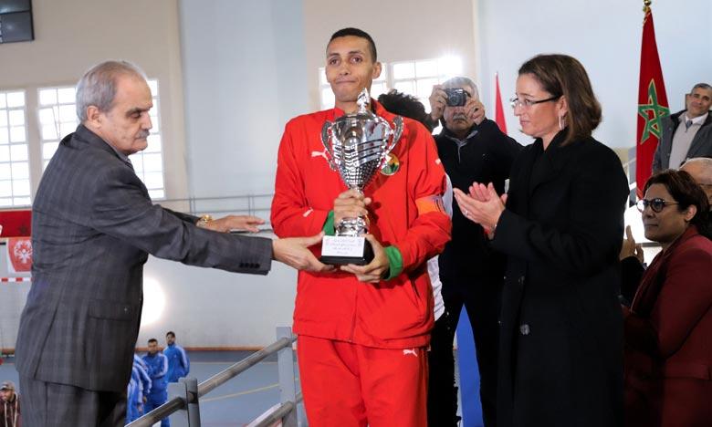 Lalla Soumia El Ouazzani, présidente de Special Olympics Maroc, a procédé à la remise de la Coupe du Trône et de la Coupe de Feue Son Altesse Royale La Princesse Lalla Amina aux clubs vainqueurs des deux compétitions. Ph : MAP