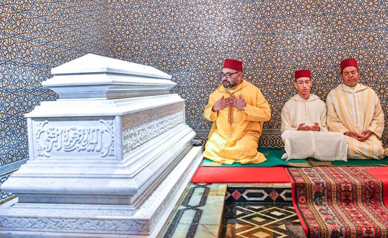 S.M. le Roi, Amir Al-Mouminine, préside une veillée religieuse en commémoration du 21e  anniversaire de la disparition de Feu S.M. Hassan II