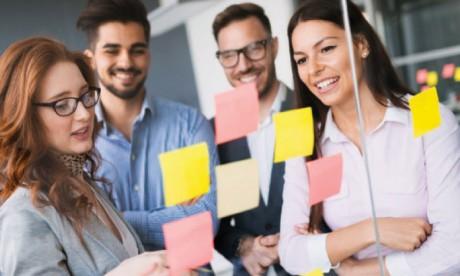 L'entreprise apprenante encourage ses employés à utiliser les informations, les idées et les  connaissances pour atteindre les objectifs fixés. Ph : shutterstock.