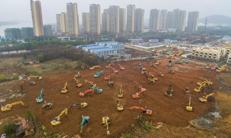 Vue aérienne du chantier de construction d'un hôpital destiné à accuellir d'ici 10 jours les patients infectés par le nouveau coronavirus, le 24 janvier 2020 à Wuhan, en Chine. Ph : AFP