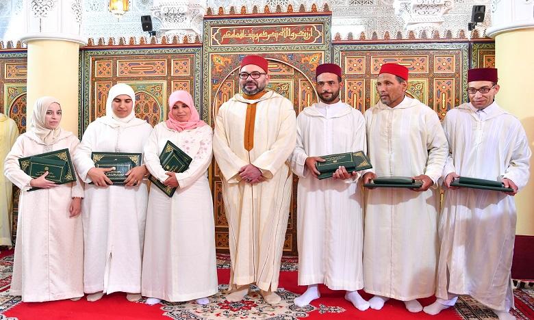 S.M. le Roi, Amir Al-Mouminine, remet le Prix Mohammed VI aux majors du Programme national de lutte contre l'analphabétisme dans les mosquées au titre de l'année 2018-2019