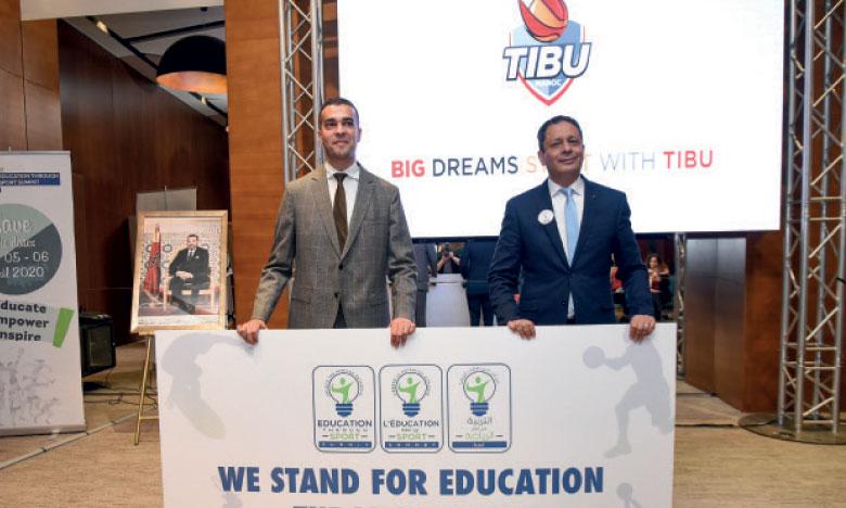Youssef Belqasmi, secrétaire général du ministère de l'Éducation nationale, et Mohamed Amine Zariat, président de TIBU, annonçant la tenue du premier Sommet de l'éducation par le sport en Afrique.