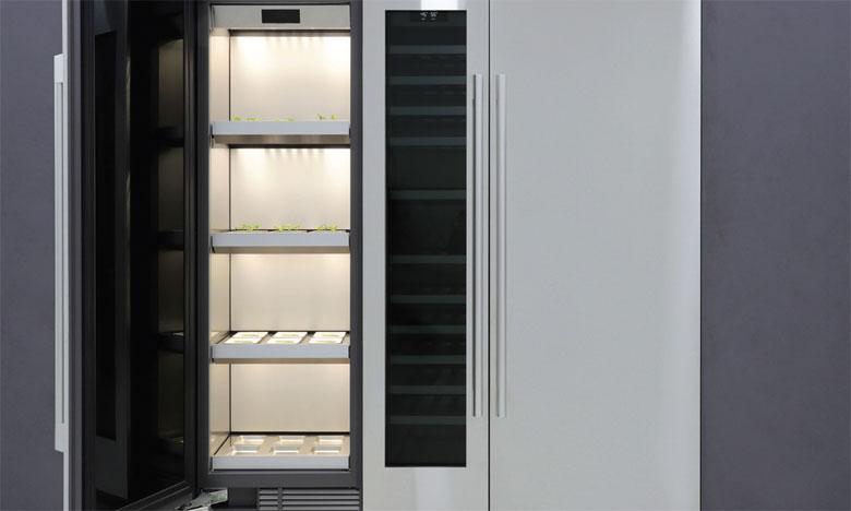 De type armoire, le Column Garden utilise un contrôle avancé de la lumière, de la température et de l'arrosage.