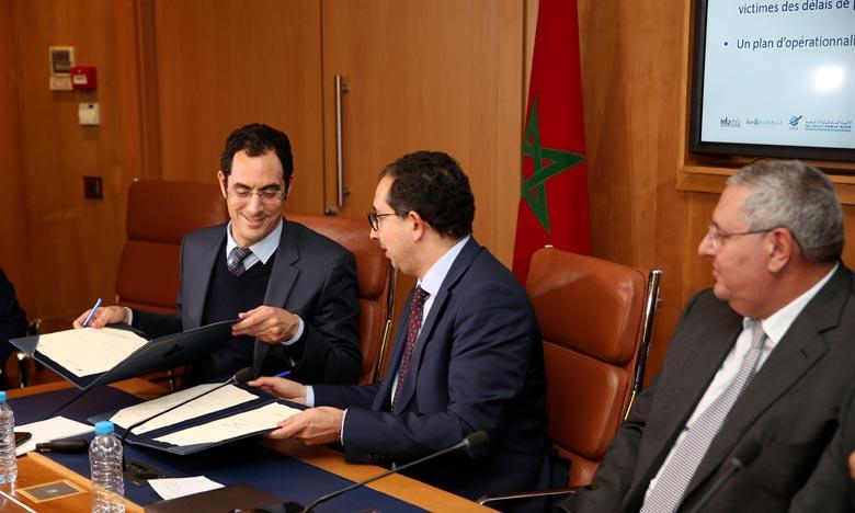 La convention a été signée par le directeur général délégué de la CGEM, Jalal Charaf et le président directeur général d'Inforisk, Khalid Ayouch. Ph : MAP