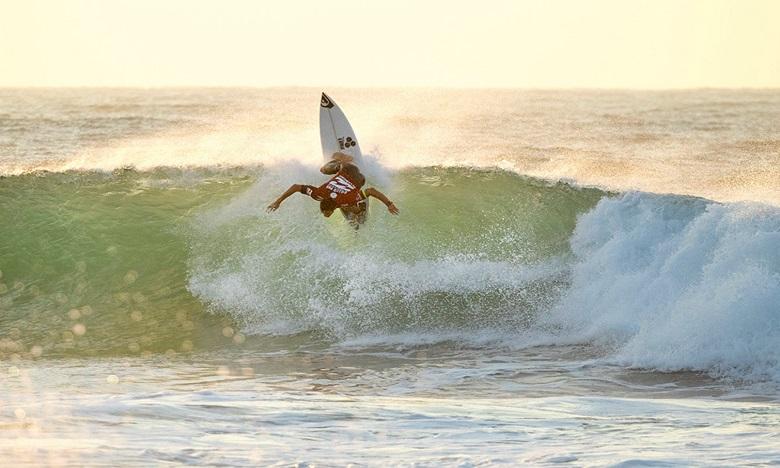 Ramzi Boukhiam, considéré comme le meilleur surfeur professionnel du Maroc, sera également de la partie. Crédit : © WSL/Cestari