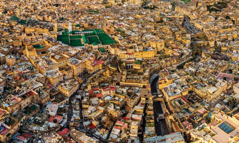 Fès subjugue par la profusion de ses monuments, dont 9.000 maisons historiques, 11 medersas,  43 écoles coraniques, 83 mausolées et 176 mosquées.