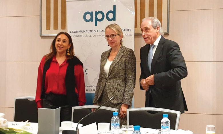Photo collective des membres de l'APD avec Mme l'ambassadrice.