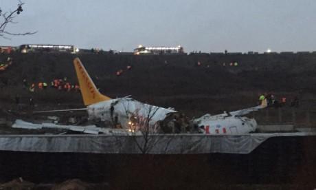 Turquie: un avion se brise en deux après une sortie de piste à Istanbul