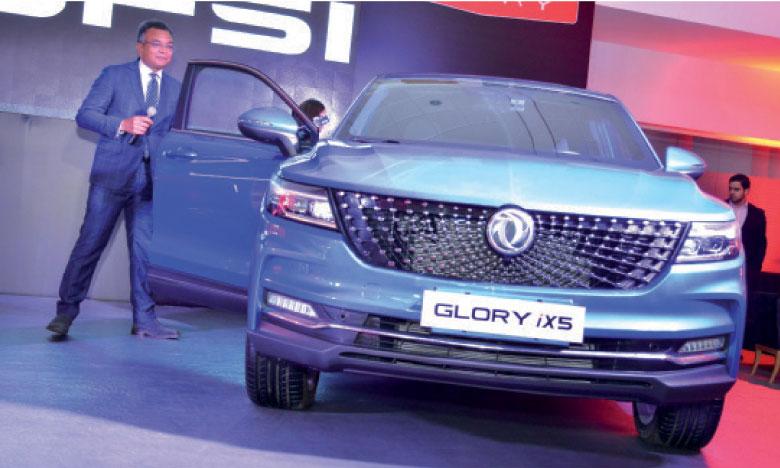 Abdellah El Mouadden, directeur général d'Africa Motors, présentant les nouveaux SUV Glory 580 et Glory IX35 lors de la soirée de lancement de la nouvelle gamme, organisée la semaine dernière au siège d'Auto Hall à Casablanca.