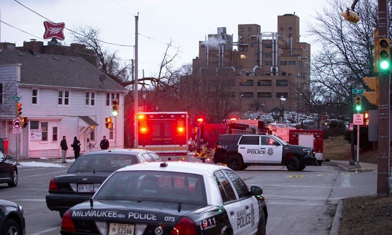 Des dizaines de véhicules de secours et de nombreux policiers armés ont été dépêchés sur les lieux de la fusillade à Milwaukee. Ph :  AFP