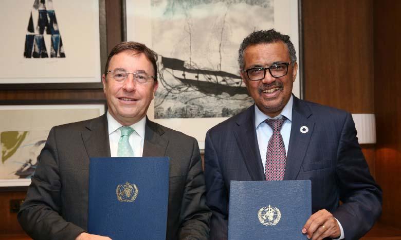 «Nous travaillons avec les Nations unies pour appuyer la réponse sanitaire sous la direction de l'OMS, y compris l'achat et la fourniture de produits de santé essentiels», a indiqué Achim Steiner, administrateur du PNUD (à gauche).