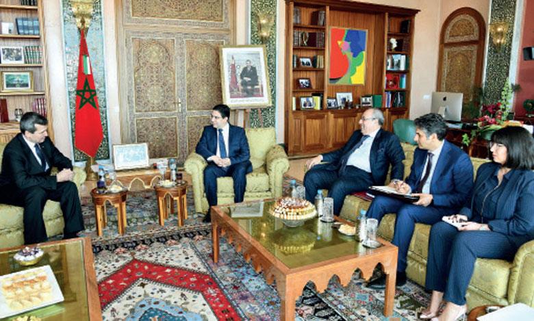 Nasser Bourita s'entretenant avec le ministre des Affaires étrangères du Turkménistan, Rachid Meredov.