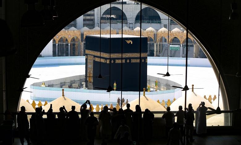 Des centaines de pèlerins étaient présents sur l'esplanade, tournant autour de la Kaaba qui, entourée de barrières, restait toutefois inaccessible. Ph. AFP