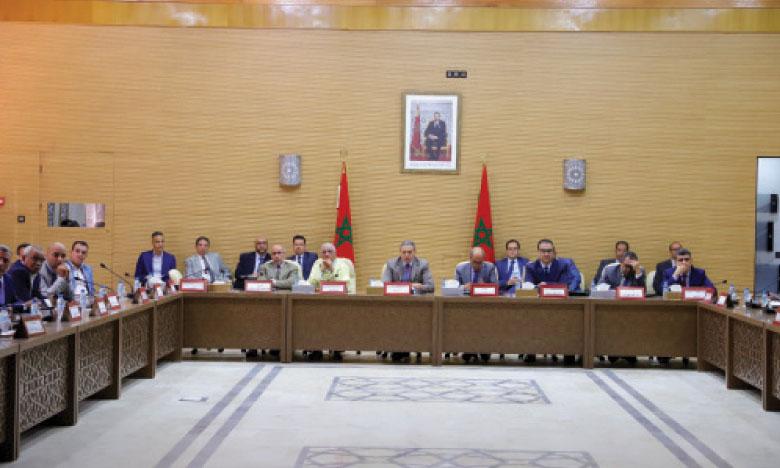 Le wali de la région de Laâyoune-Sakia El Hamra, gouverneur de la province de Lâayoune, Abdeslam Bekrate, présidant une réunion de la commission régionale faisant le point sur l'état d'avancement des grands chantiers inscrits dans le programme intégré de développement de la région Laâyoune-Sakia El Hamra.