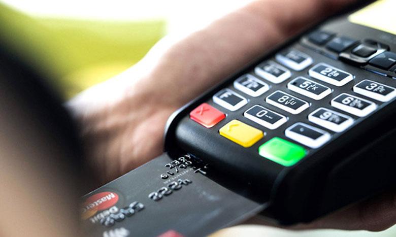 Le CMI préconise de privilégier les paiements en mode sans contact auprès des commerçants, que ce soit avec sa carte bancaire ou son téléphone ainsi que le paiement en ligne.