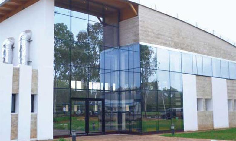 Les centres d'accueil et d'estivage et les salles omnisports mis  à la disposition des autorités publiques
