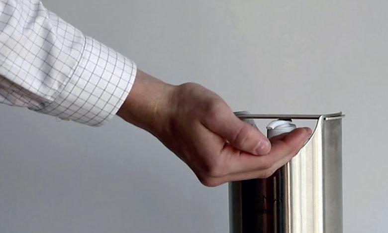 Un jeune inventeur développe un distributeur automatique de gel hydro-alcoolique