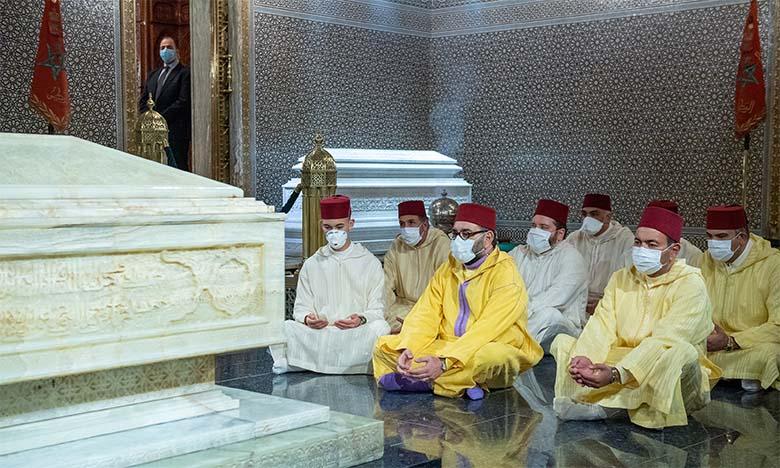 Sa Majesté le Roi, Amir Al Mouminine, se recueille sur la tombe de Feu Sa Majesté le Roi Mohammed V