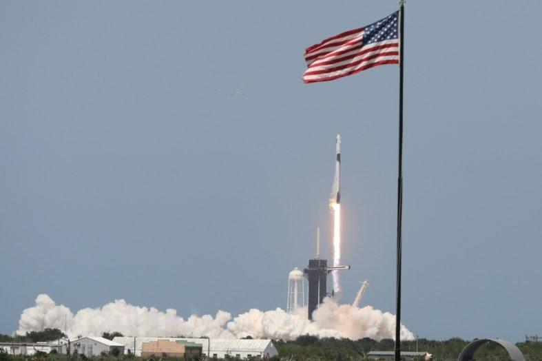 SpaceX lance deux astronautes dans l'espace