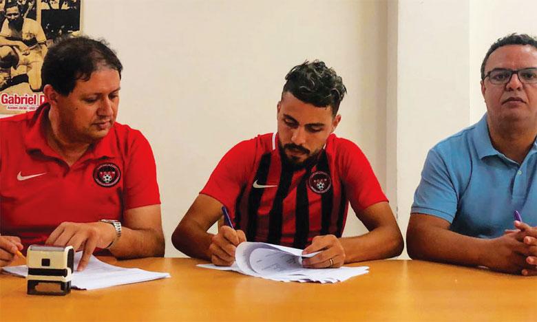 Mohamed El Mourabite lors de la signature de son nouveau contrat avec le SCCM, entouré du président de l'OCS Anouar Dbira  (à droite) et celui du Chabab, Hicham Aït Menna.