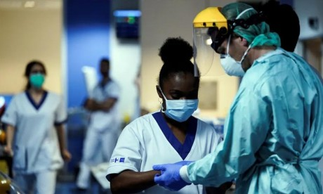 Covid-19 : L'OMS salue la contribution sans relâche  des personnels soignants