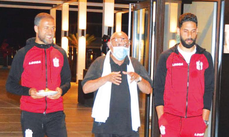 Habib Sidinou entouré  de ses deux capitaines.