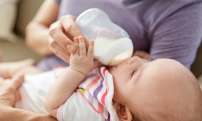 Lait infantile: Appel en France pour le retrait de deux produits fabriqués par Danone et Nestlé