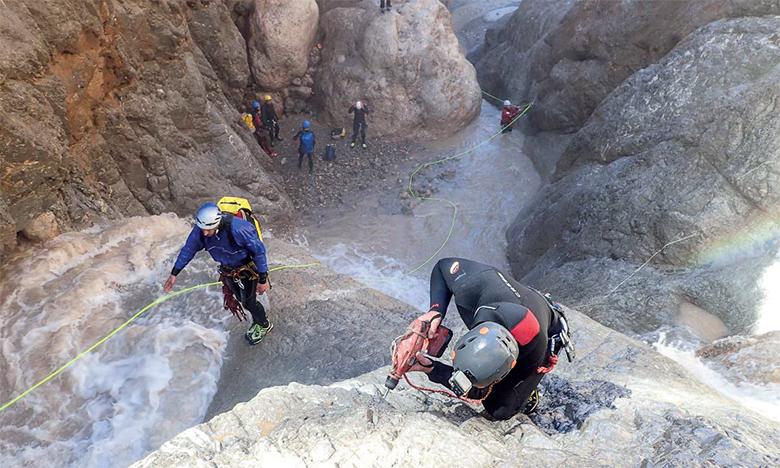 Auparavant pratiqué exclusivement par les étrangers dans la province d'Azilal, le canyonisme fait de plus en plus d'adeptes marocains.