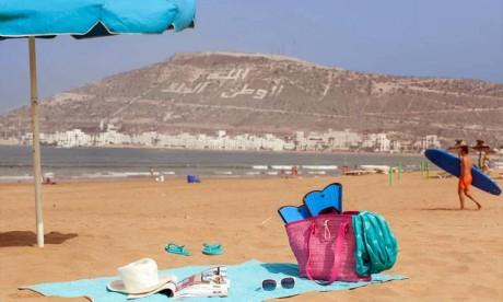 Des volontaires marocains et étrangers nettoient la plage d'Agadir