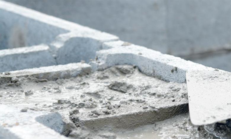 La reprise des ventes de ciment diminue le recul des livraisons du premier semestre à 17,8% contre -25,1% un mois plus tôt.