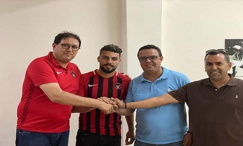 Le capitaine de l'OCS, Mohamed El Mourabit signe un contrat professionnel de 3 ans au Sporting Club Chabab Mohammédia (SCCM). Ph : DR